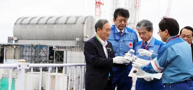 去年9月26日,须贺义秀在对福岛第一核电站进行检查时询问是否可以将核废水排放掉,东京电力公司回答:稀释后可以将其排放掉。 杉本芳秀终于不喝了。朝日新闻摄