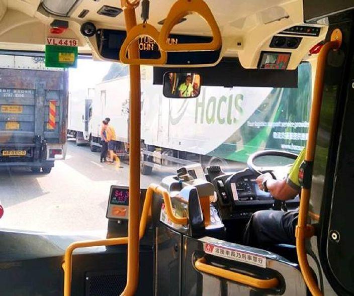 屯門公路6車相撞釀16傷 車龍9公里塞到葵涌 | 社會事