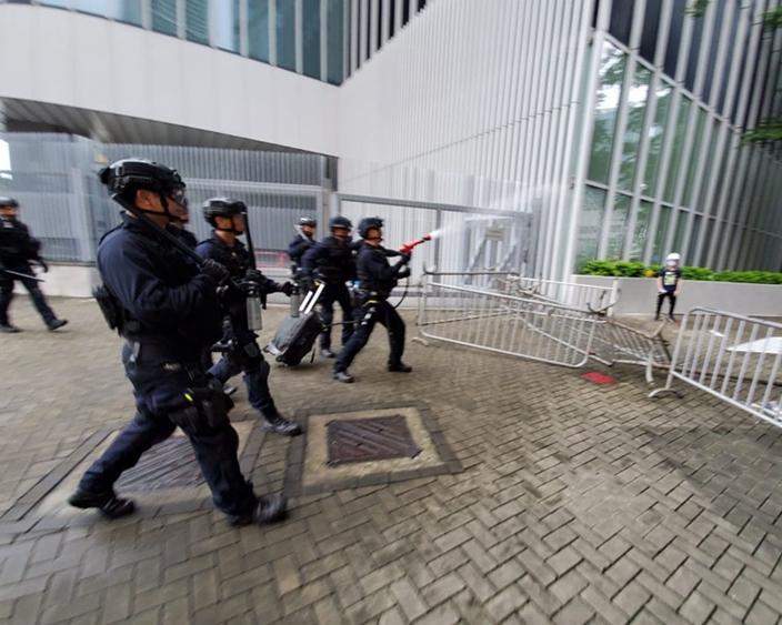 有示威者碰撞中受傷而扶離 傳記者誤中胡椒噴霧 | 政事 | 巴士的報