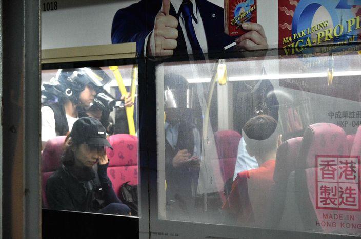 數百人九龍灣截查巴士外抗議 警察藍旗警告離開   政事   巴士的報