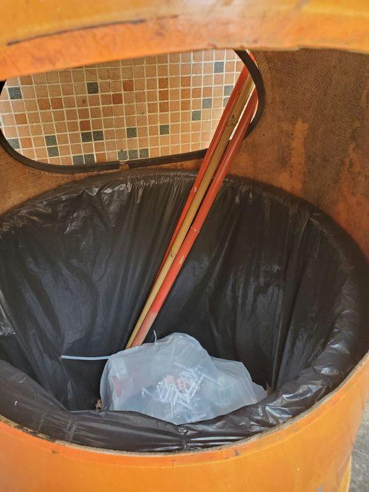 秀茂坪邨多支國旗遭破壞 連旗桿棄山坡及垃圾桶 | 政事 | 巴士的報