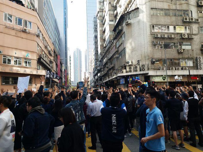 多區繼續「和你Lunch」 長沙灣人潮佔據馬路 | 政事 | 巴士的報
