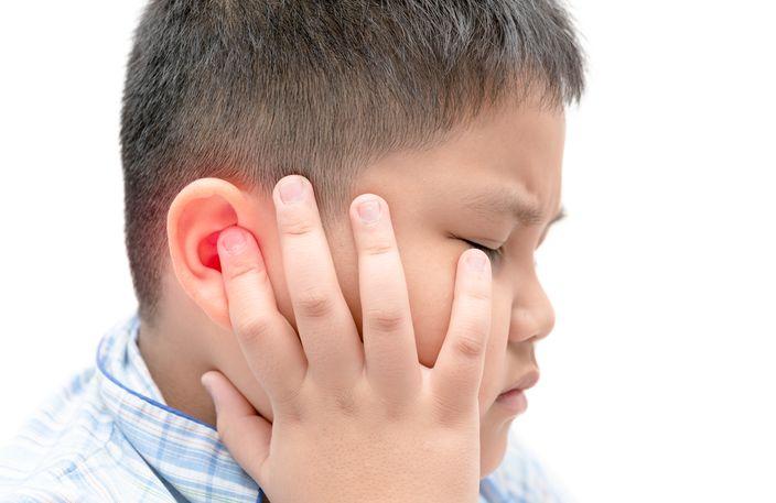 長期戴耳機喜挖耳朵 10歲男童耳道生滿黴菌似「黑森林」 | 草步子