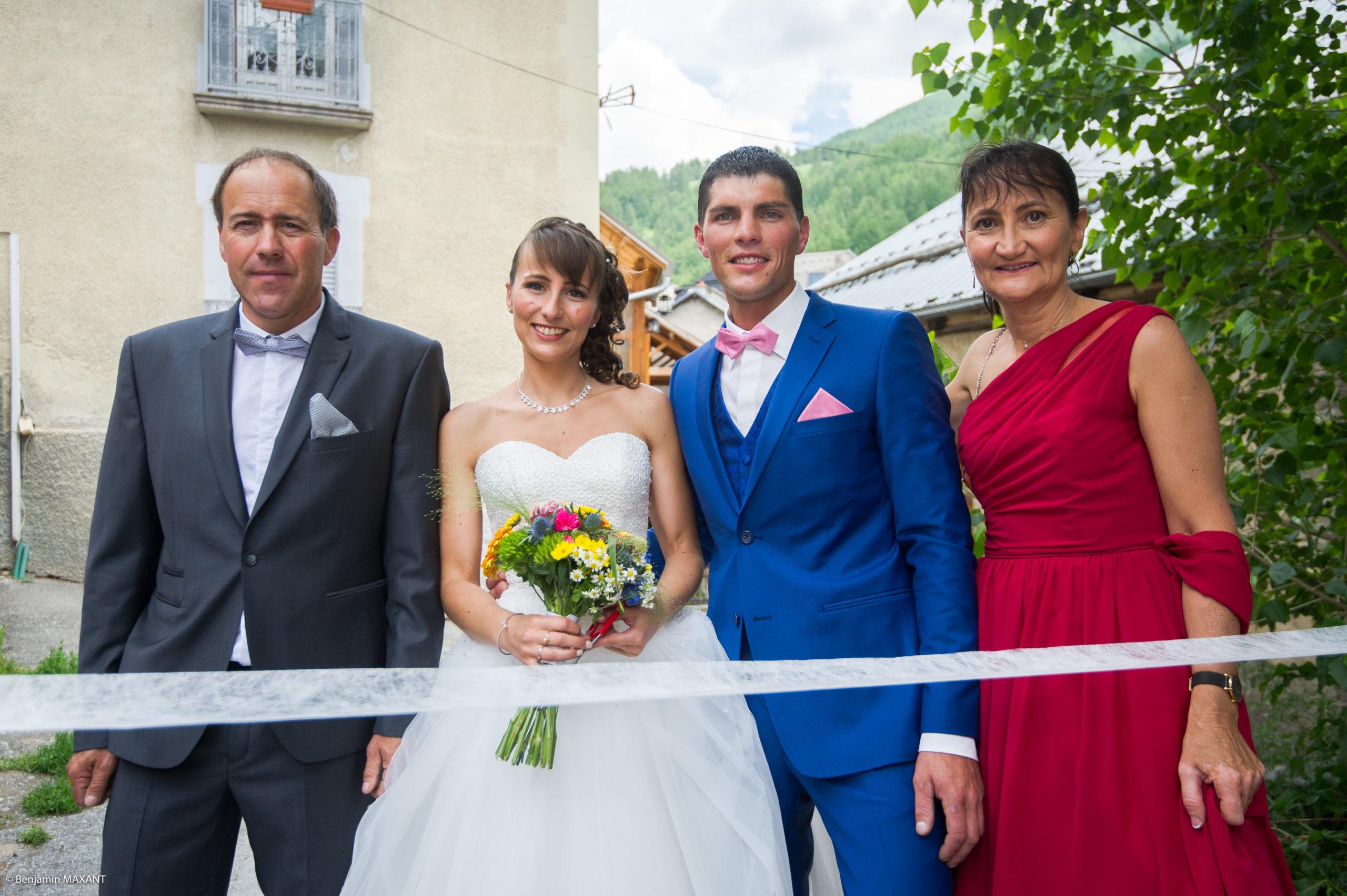 Les parent et les mariés devant le ruban traditionnel de mariage