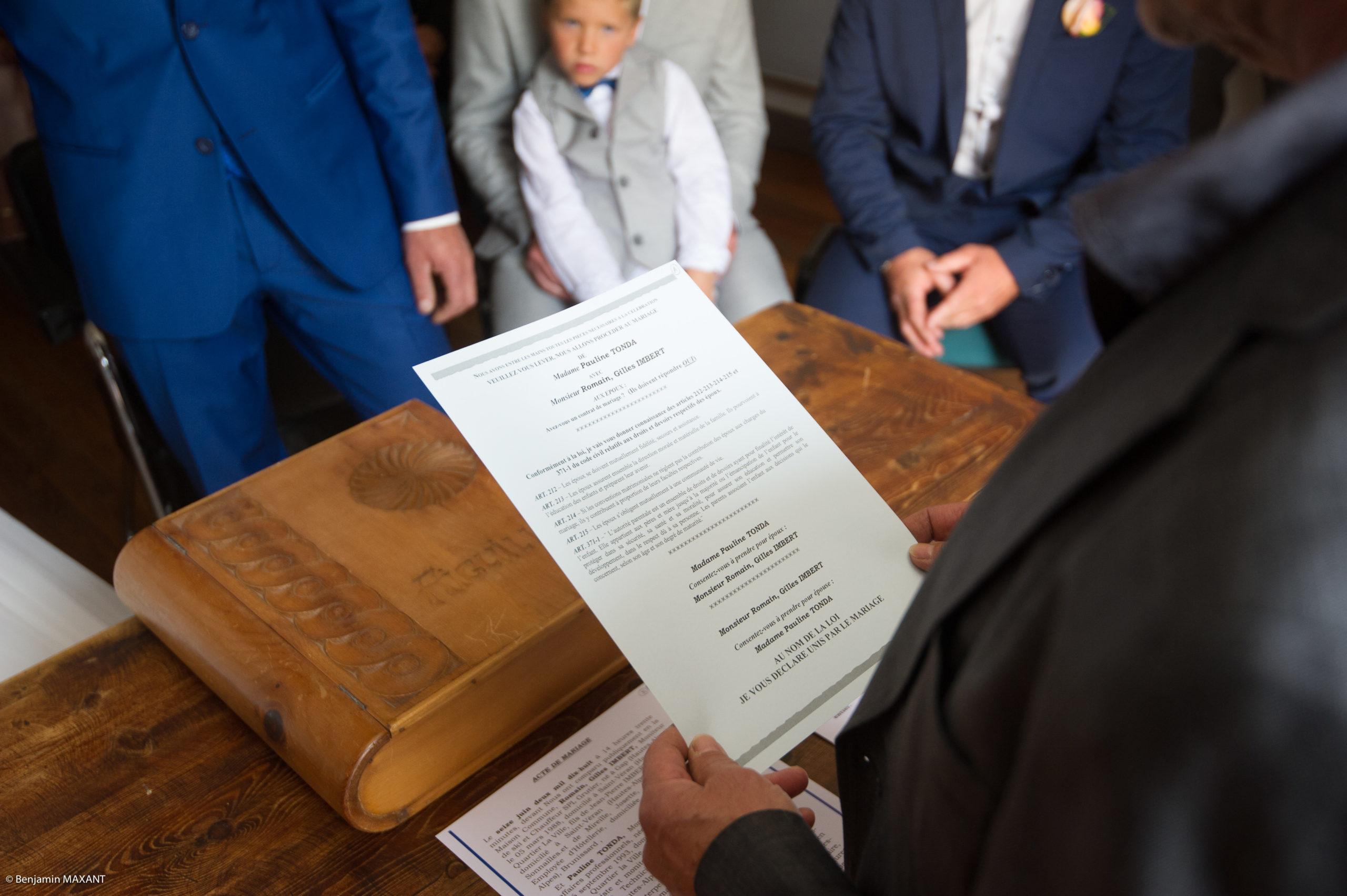 La cérémonie civile à Aiguilles