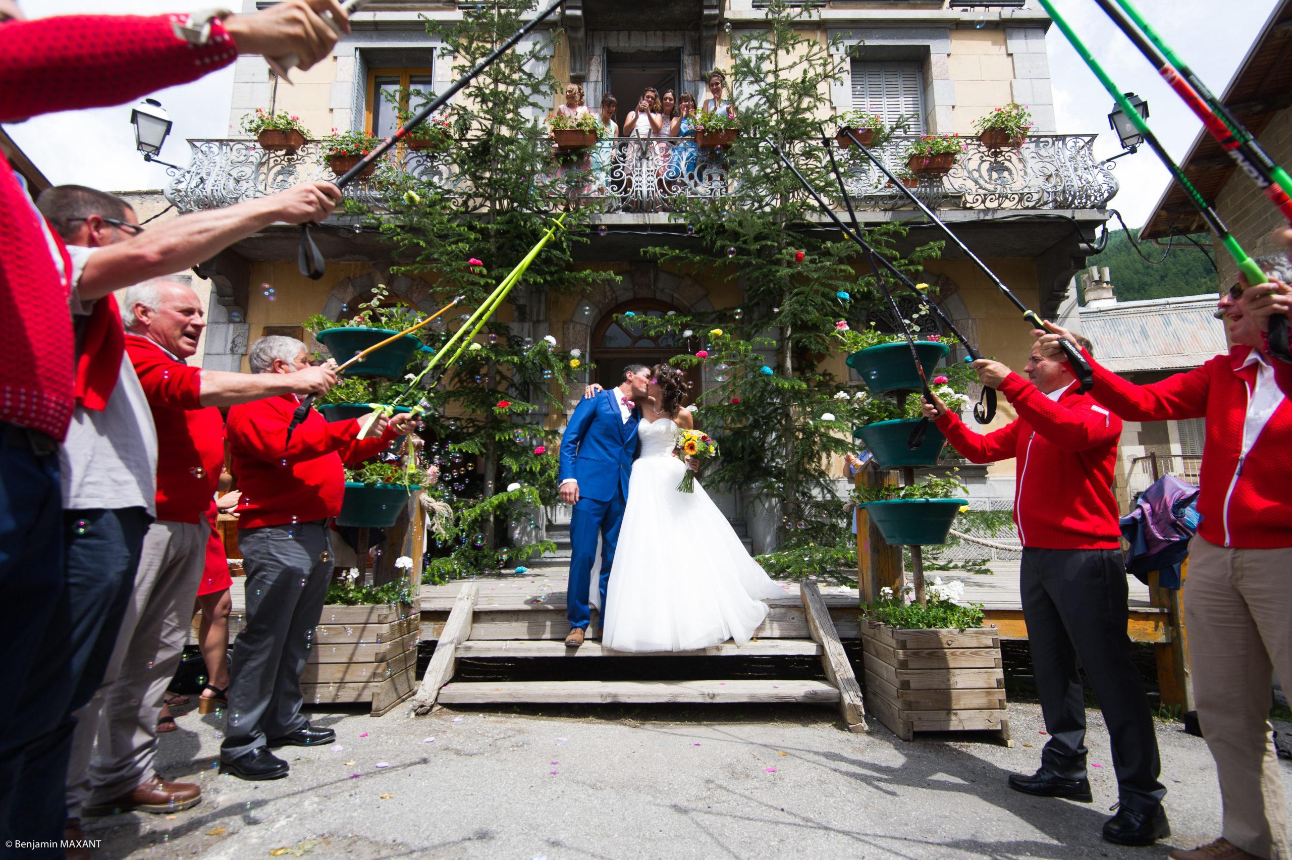 Le baiser des mariés devant la mairie d'Aiguilles