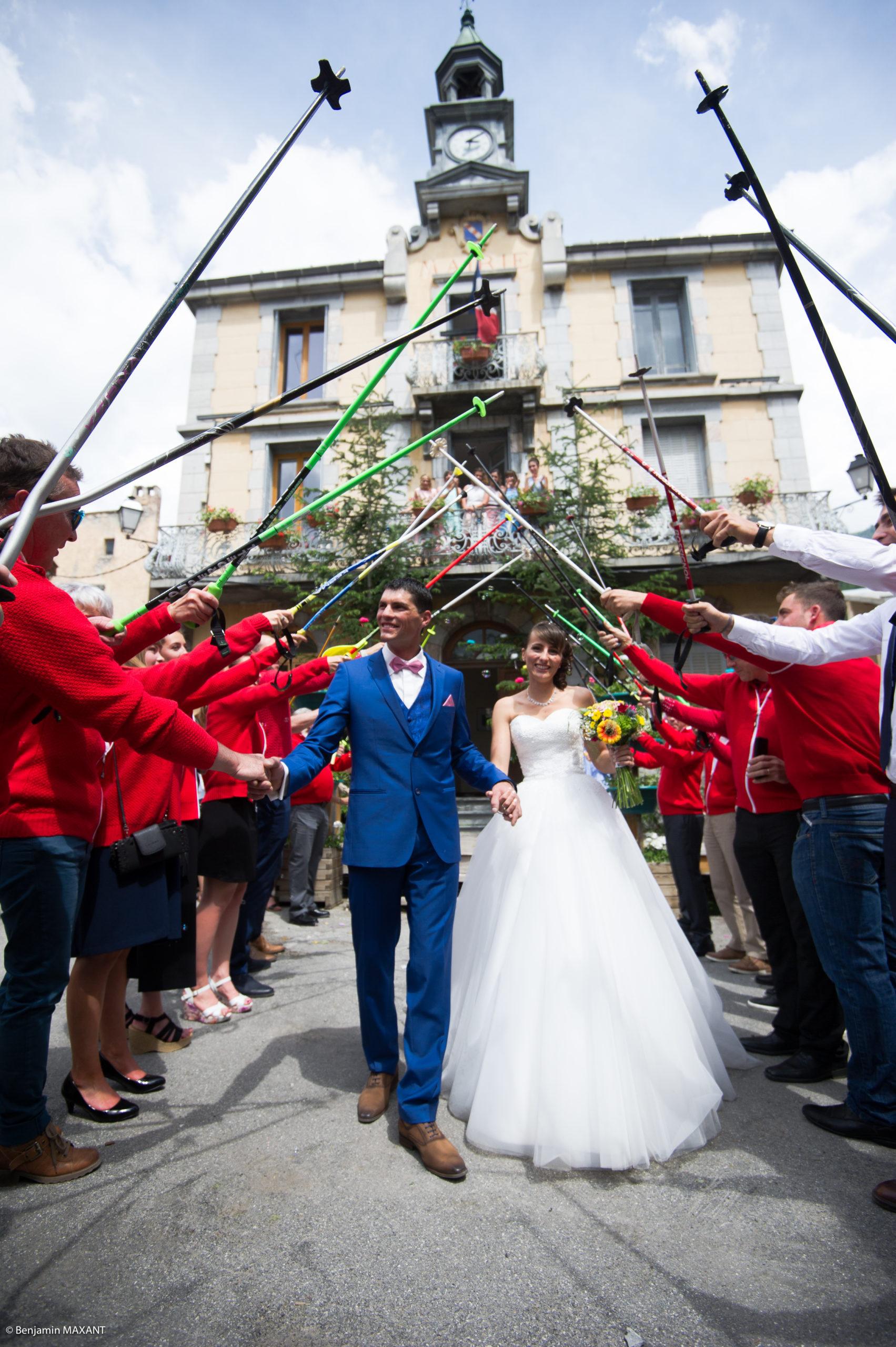 La haie d'honneur des moniteurs de l'ESF pour les jeunes mariés