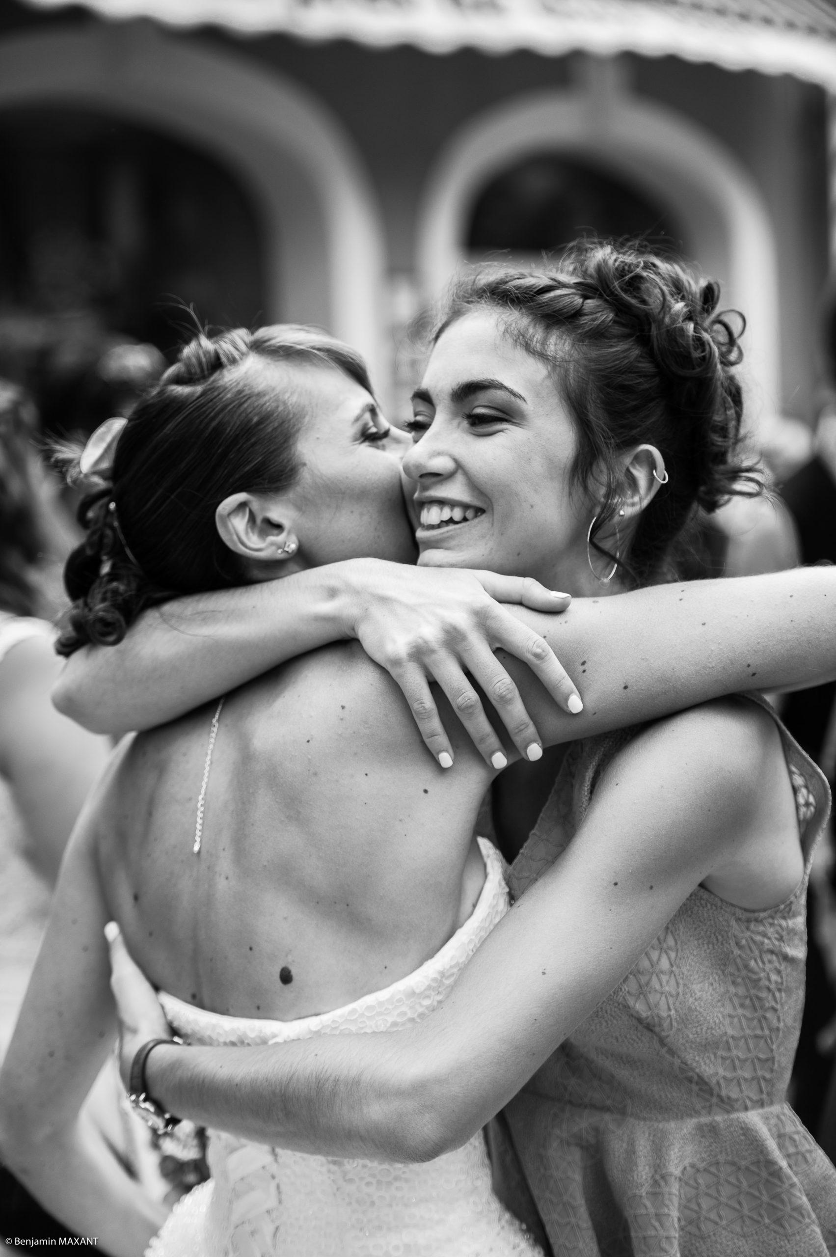 Emotions et embrassades lors du mariage de Pauline et Romain