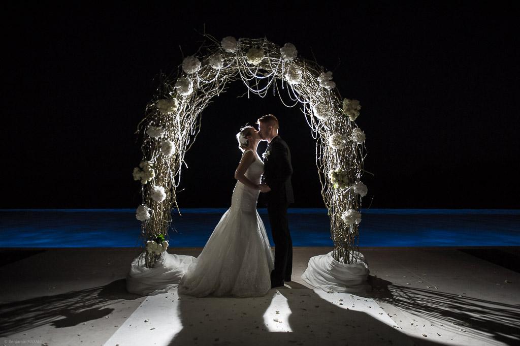 Les jeunes mariés et le baiser devant la piscine