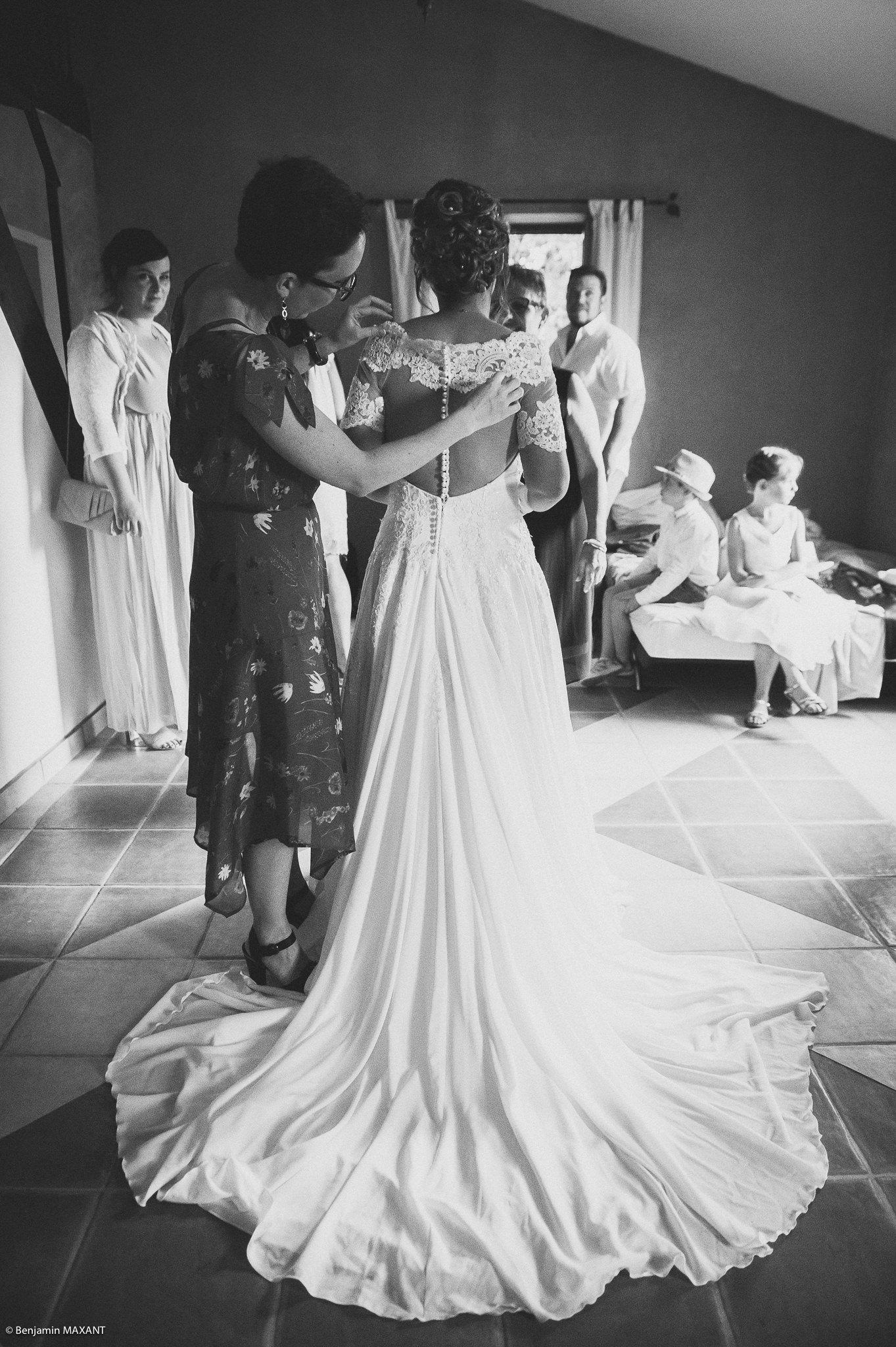 Les dernières retouches de la robe de mariée