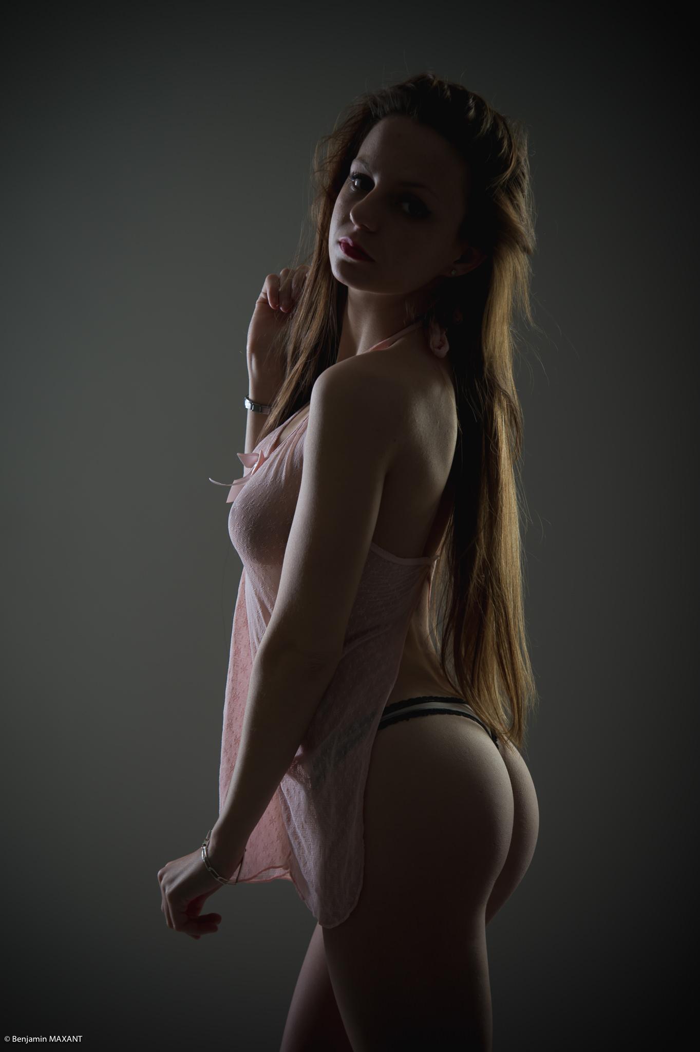 Séance photo lingerie en studio avec Manon - nuisette transparente et string