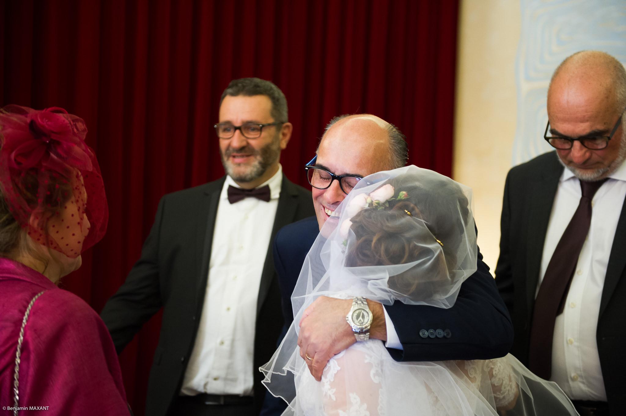 Mariage Valentine et Nicholas - embrassades ds proches des mariés