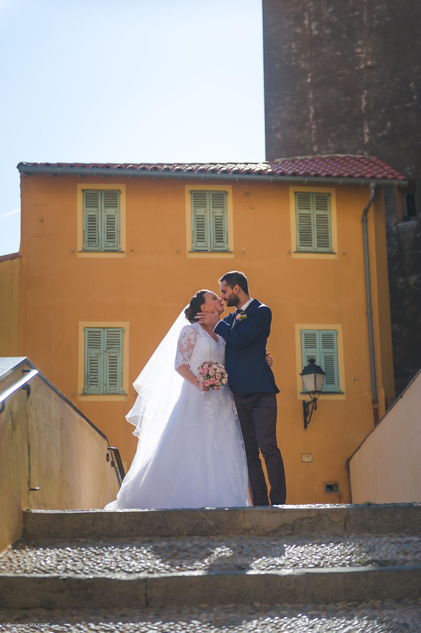 Séance photo des mariés  dans les ruelles du vieux Menton