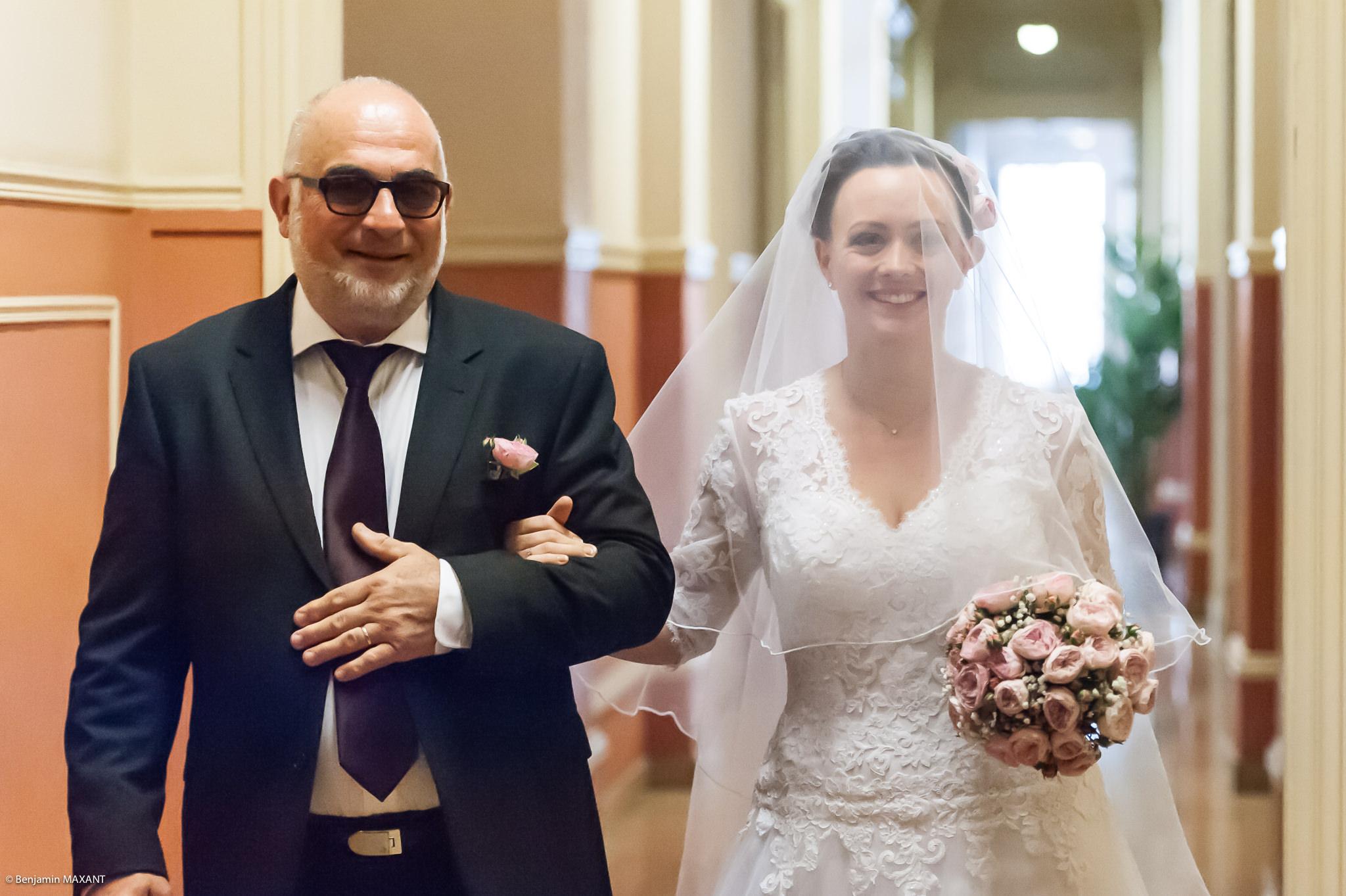 Mariage Valentine et Nicholas - arrivée à la mairie de Menton au bras de son père