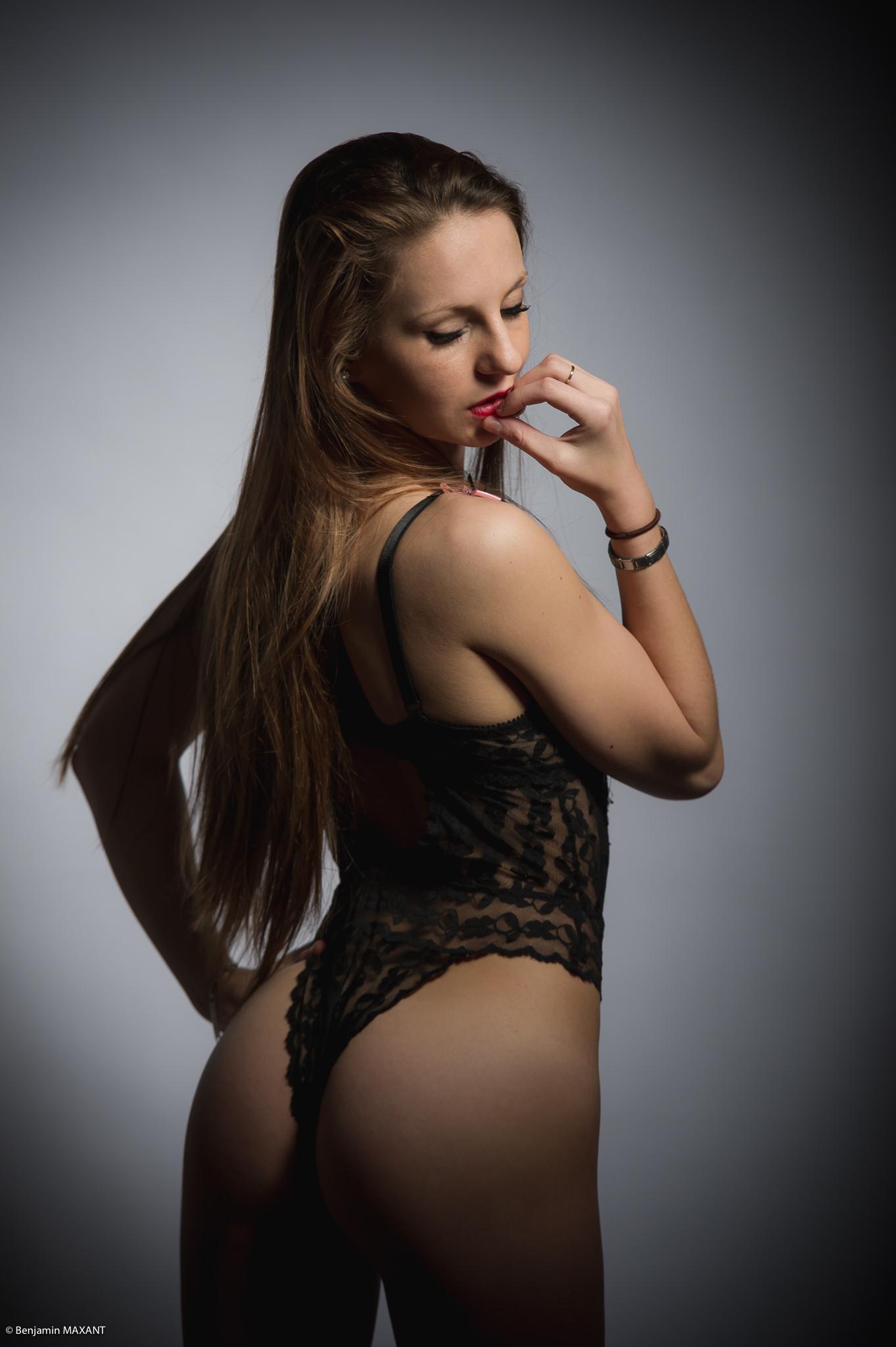 Séance photo lingerie en studio avec Manon - ensemble body noir et rose