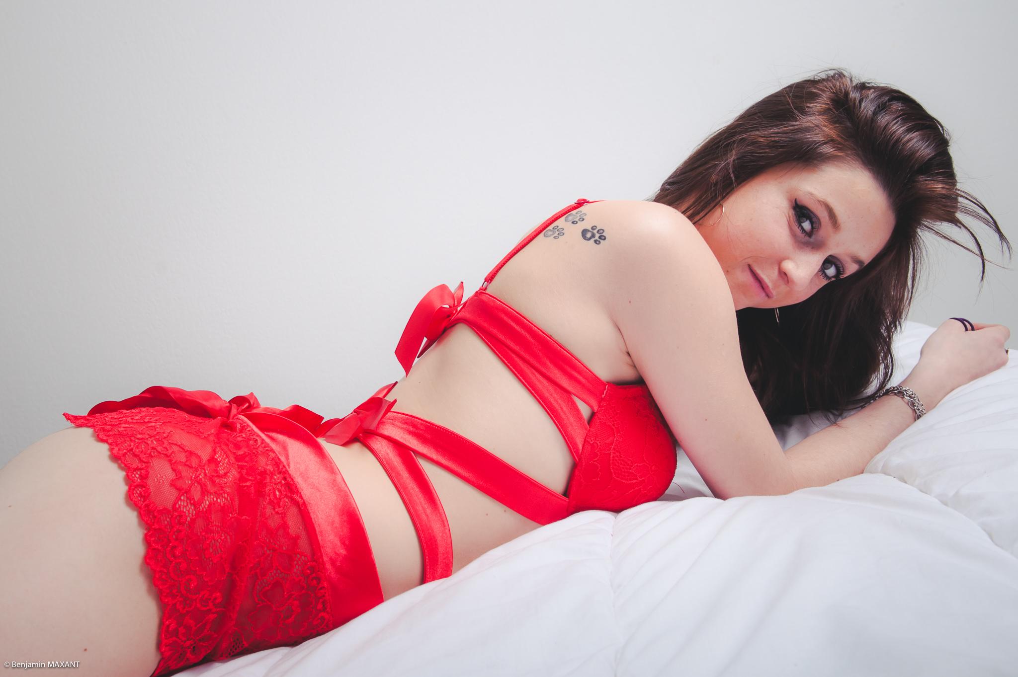 Séance photo boudoir lingerie sur le lit avec Ambre - ensemble lingerie rouge