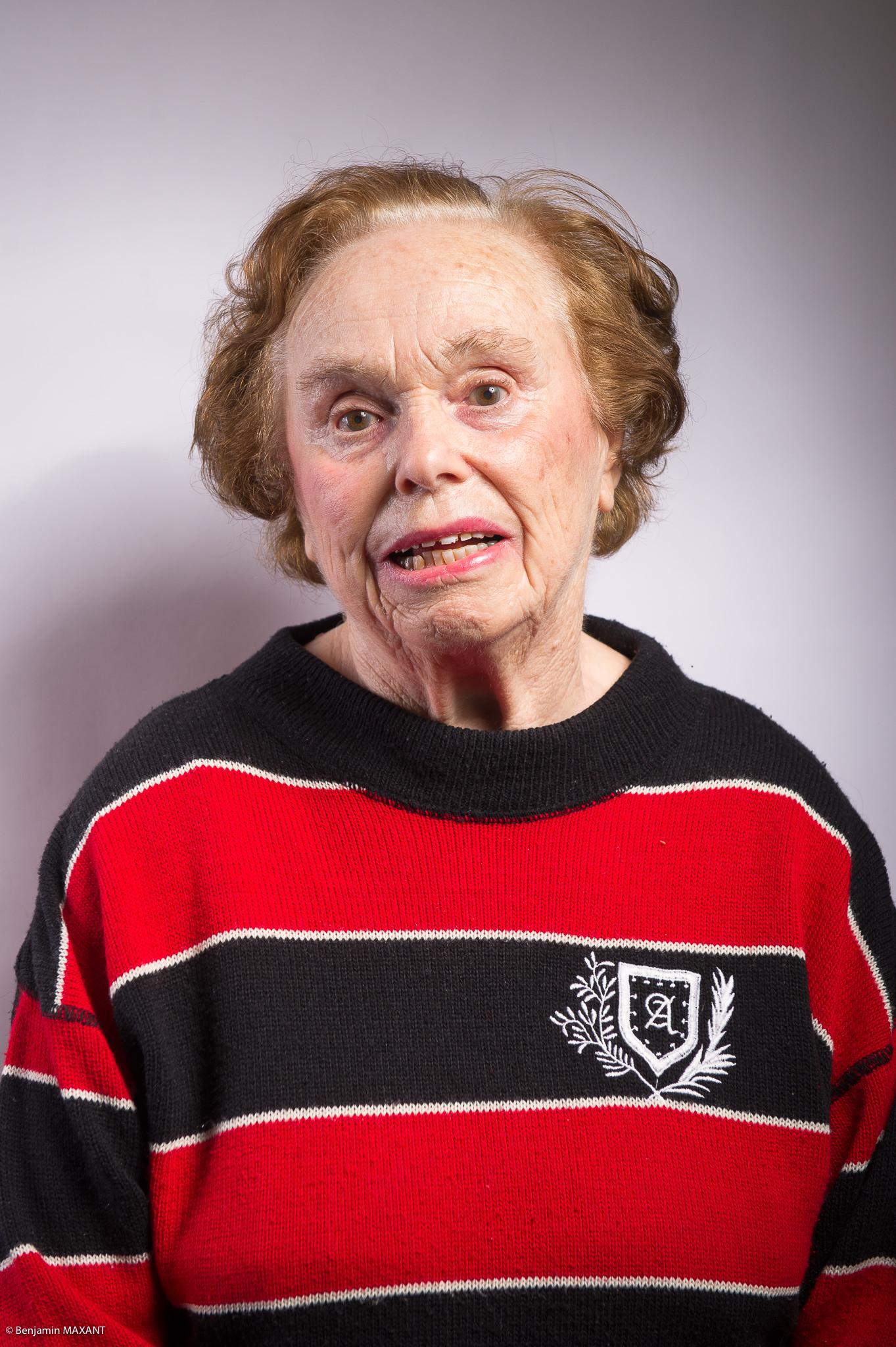 Portrait studio d'une personne âgée - femme pull rouge et noir