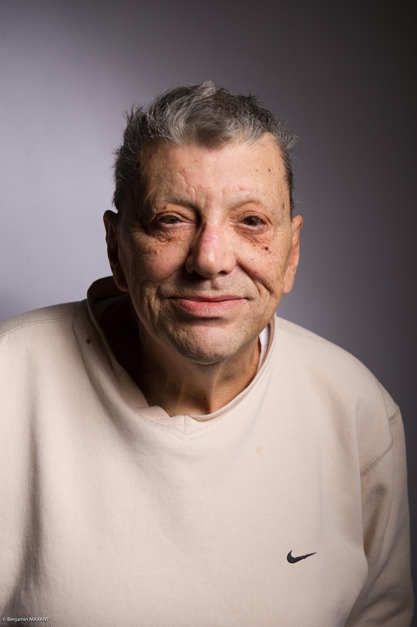 Portrait studio d'une personne âgée - homme pull beige