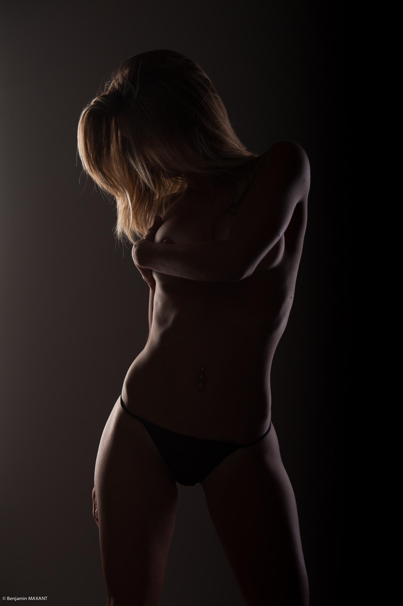Séance photo lingerie en studio avec Emeline - string noir torsion de côté