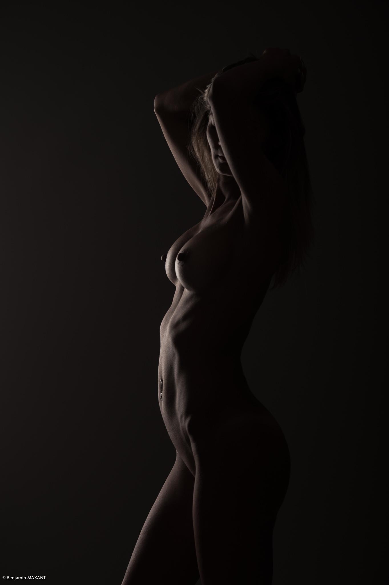 Séance photo lingerie en studio avec Emeline - string noir bras en l'air de côté