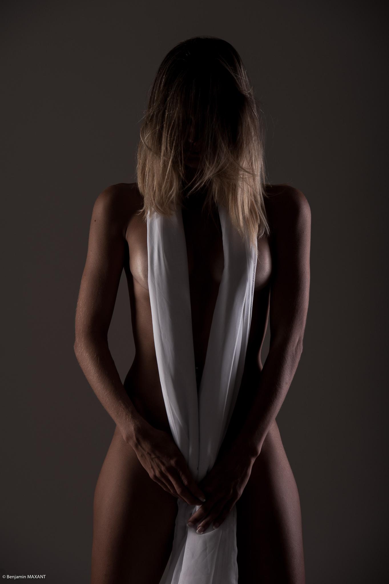 Séance photo lingerie en studio avec Emeline - nue de face voile blanc