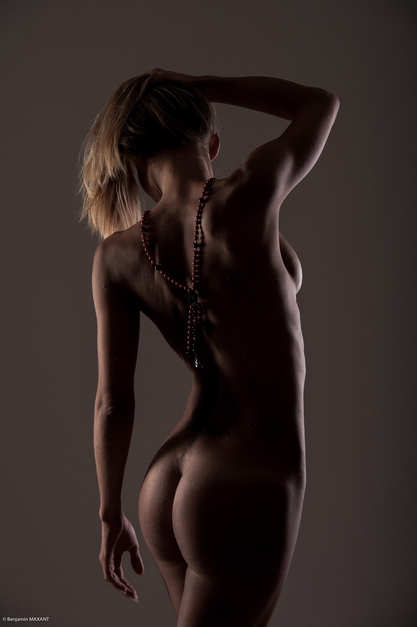 Séance photo lingerie en studio avec Emeline - nue de dos avec sautoir dans le dos