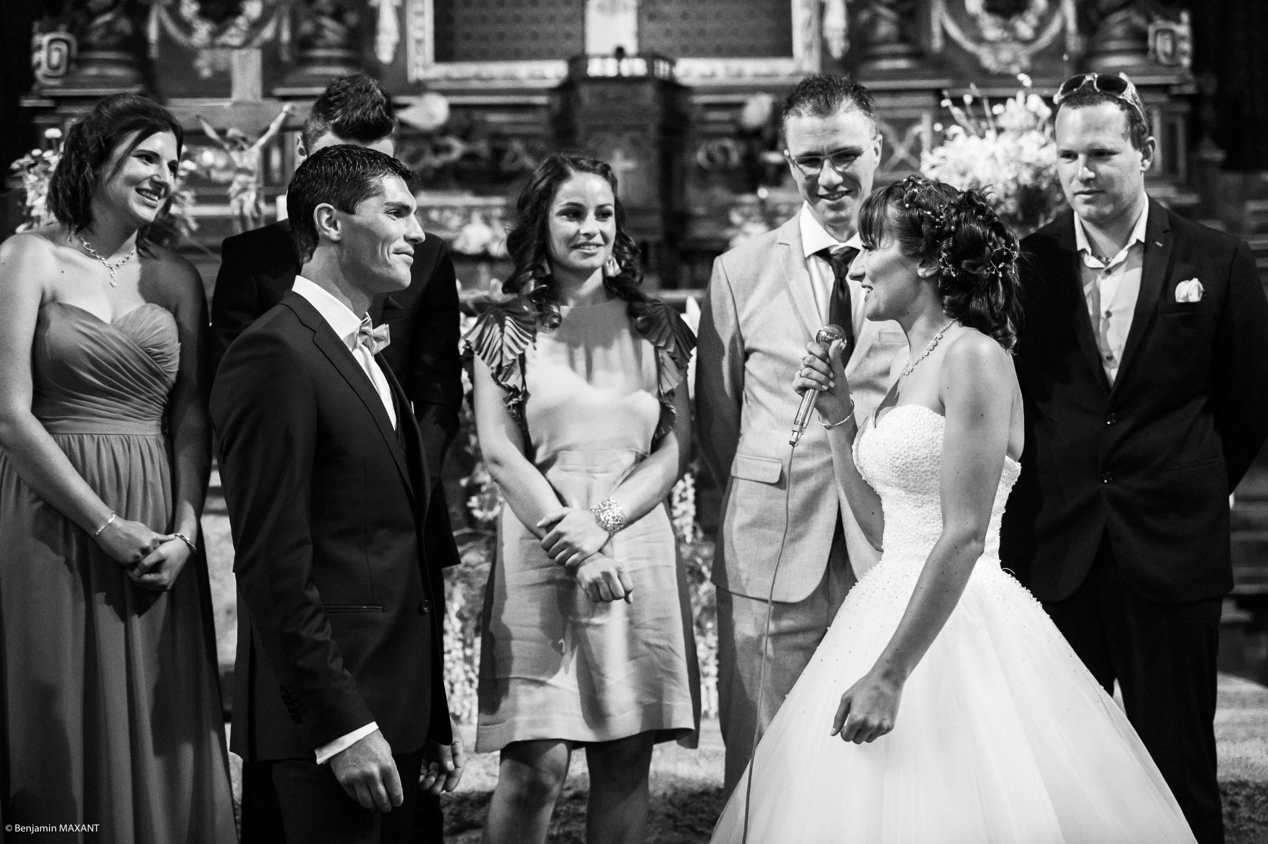 Les mariés et les témoins sont debout et attendent la remise des alliances