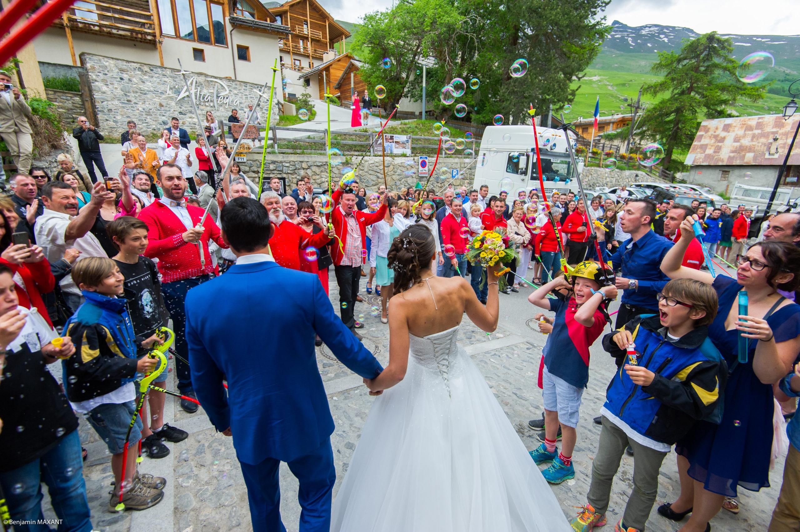 Les mariés et leur invités à la sortie de l'église