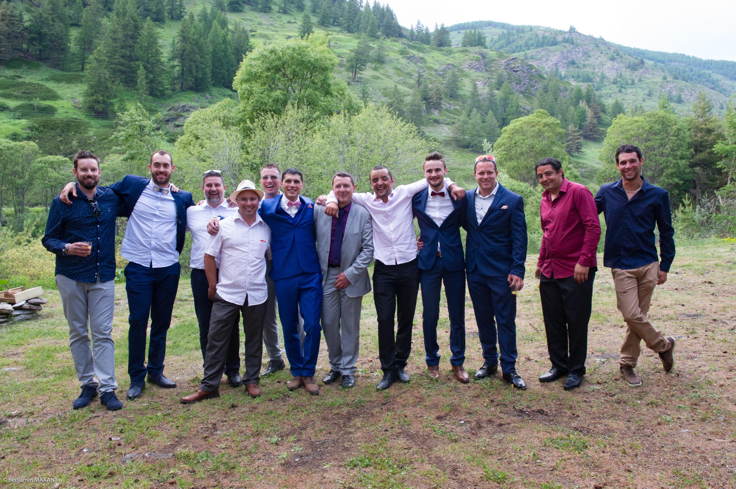 Photos de groupe avec les amis du marié