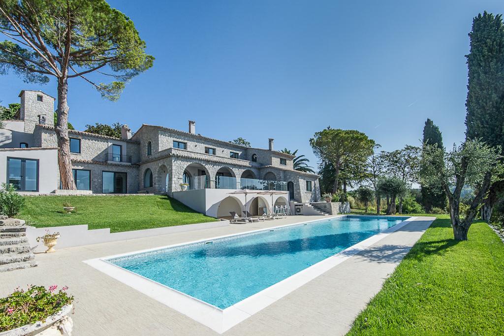 Shooting photos immobilier de villa / maison - vue piscine et villa