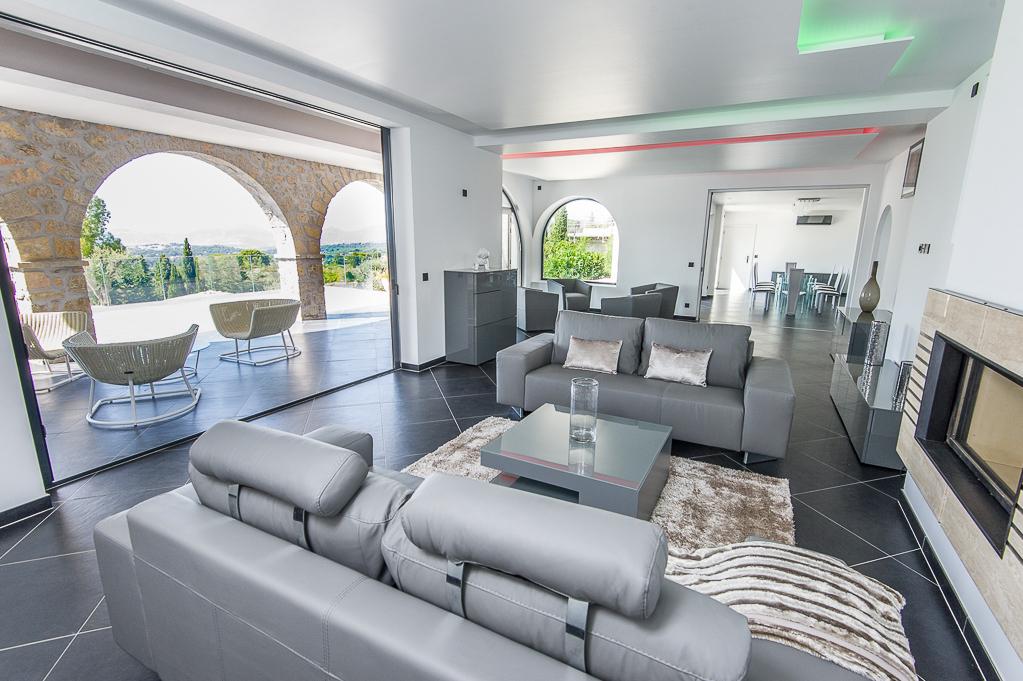 Shooting photos immobilier de villa / maison - salon avec ouverture sur l'immense jardin