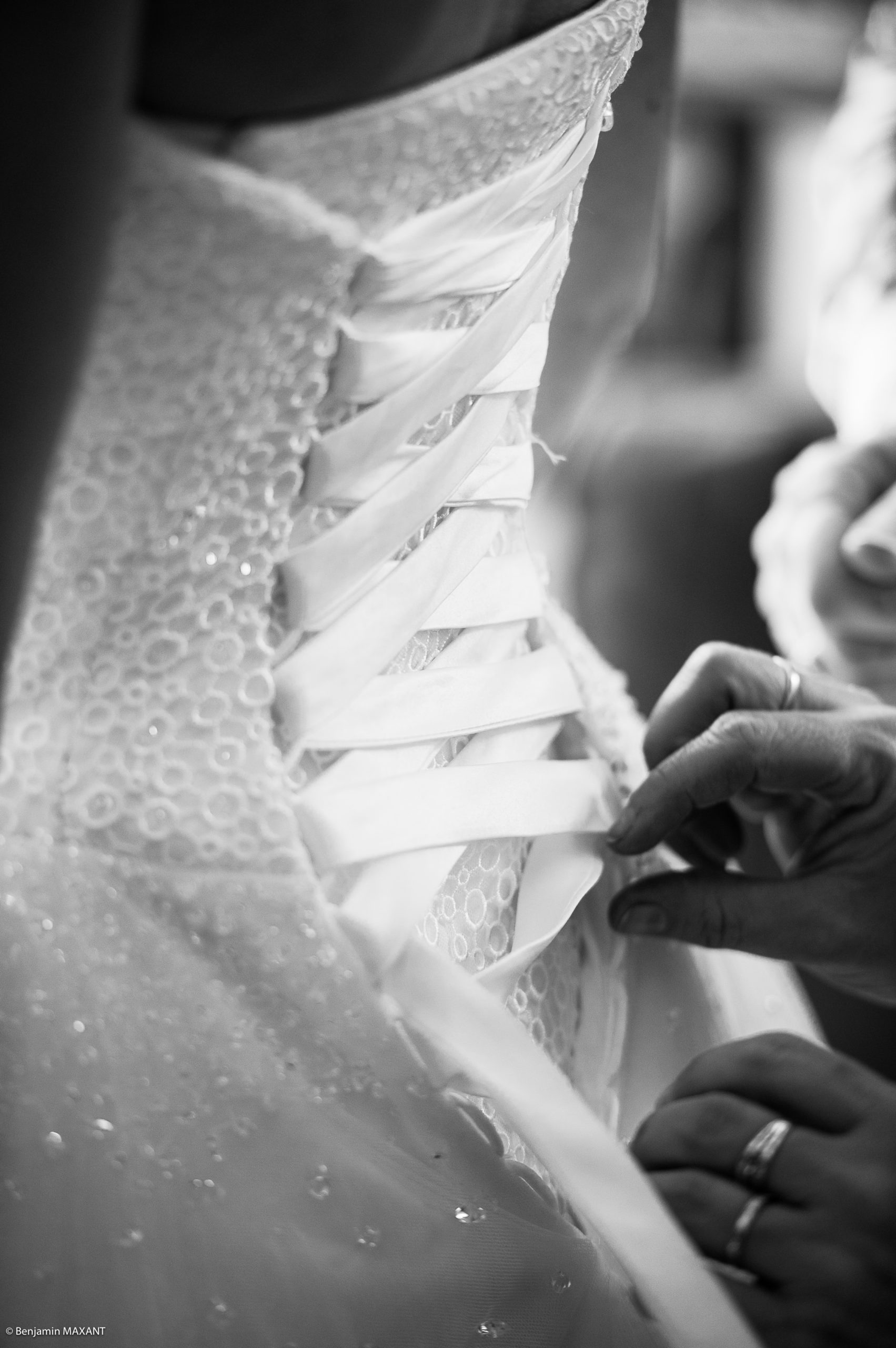 Enfilage de la robe de Pauline la mariée