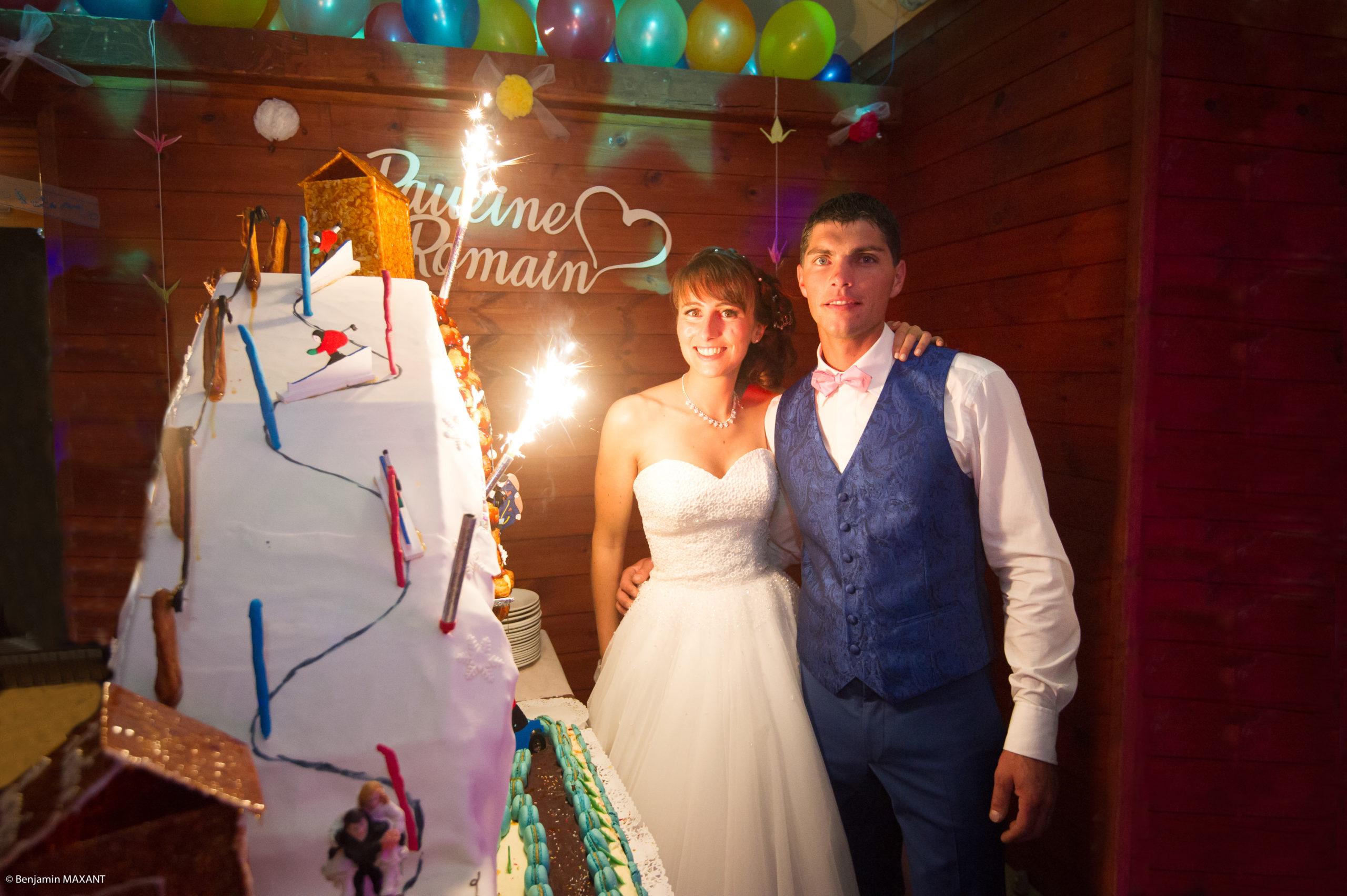 Les mariés devant la pièce montée muti sports