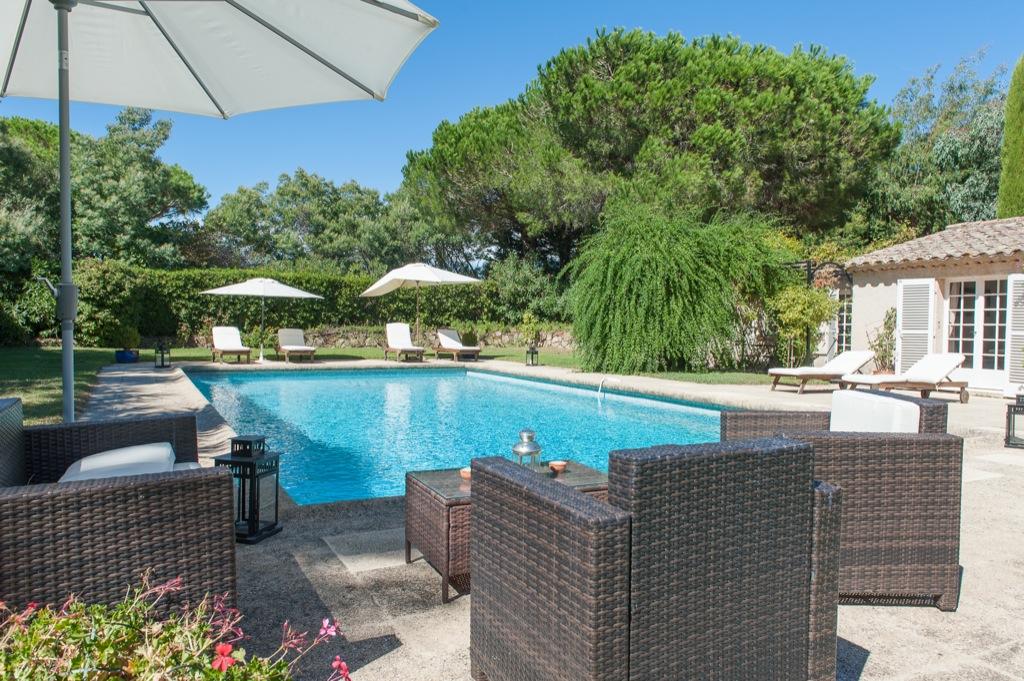 Shooting photos immobilier de villa / maison - piscine parasols saint tropez