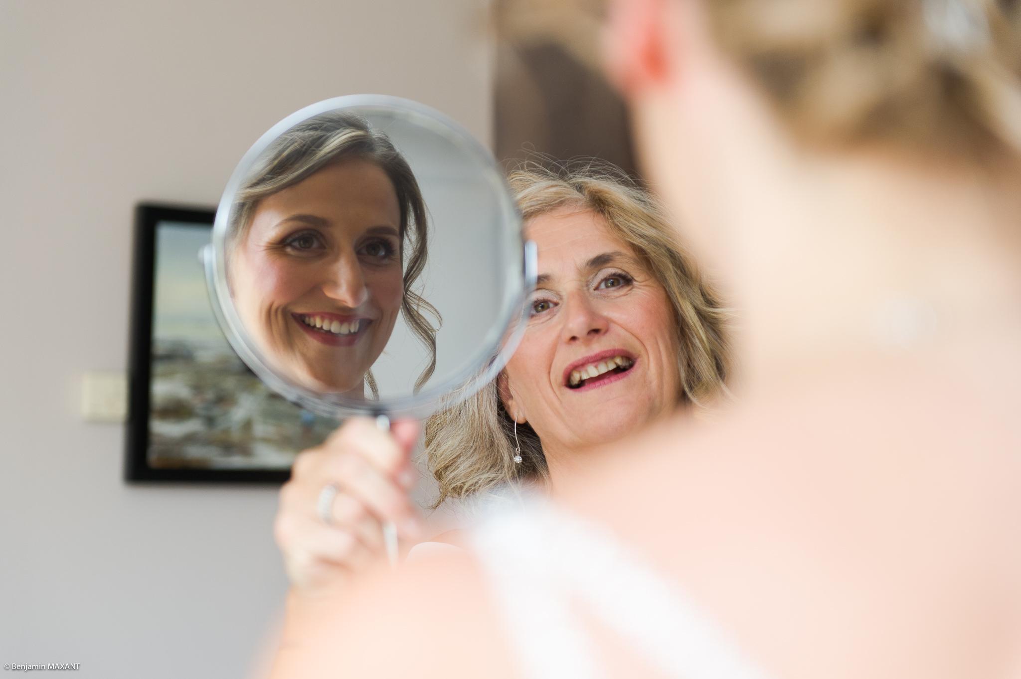 La maman de la mariée qui lui montre le miroir