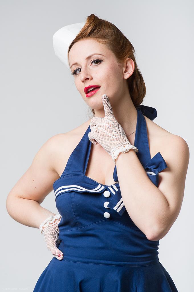 Séance photo Pinup en studio avec Laetitia - tenue marine en posant