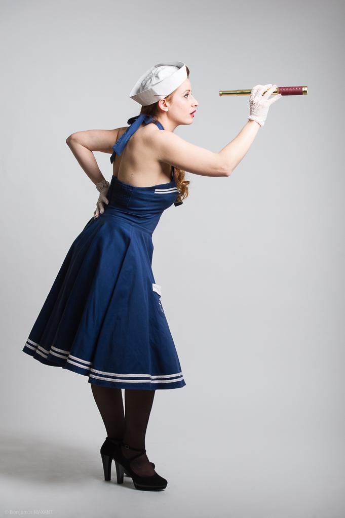 Séance photo Pinup en studio avec Laetitia - tenue marine avec longue vue