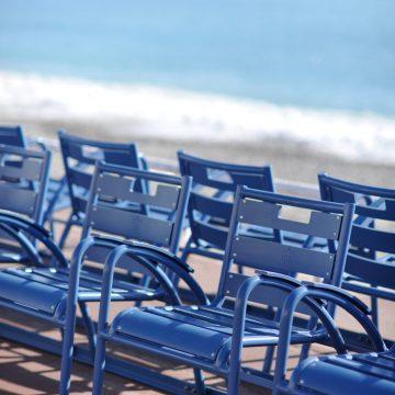 Les chaises bleues de Nice et la mer