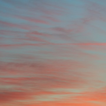Nuages orangés dans un ciel bleu léger