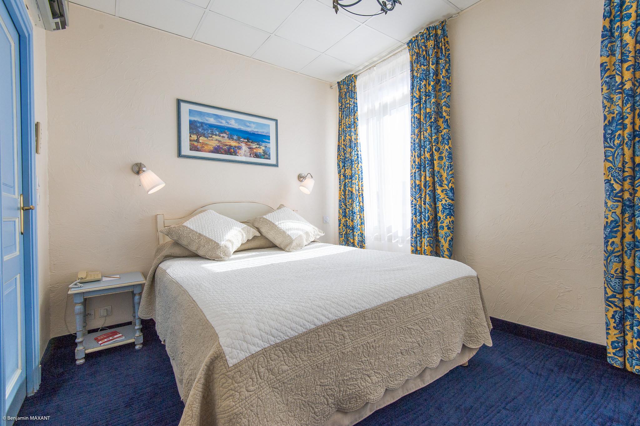 reportage photo immobilier de l'Hôtel lLes Orangers à Cannes - première chambre