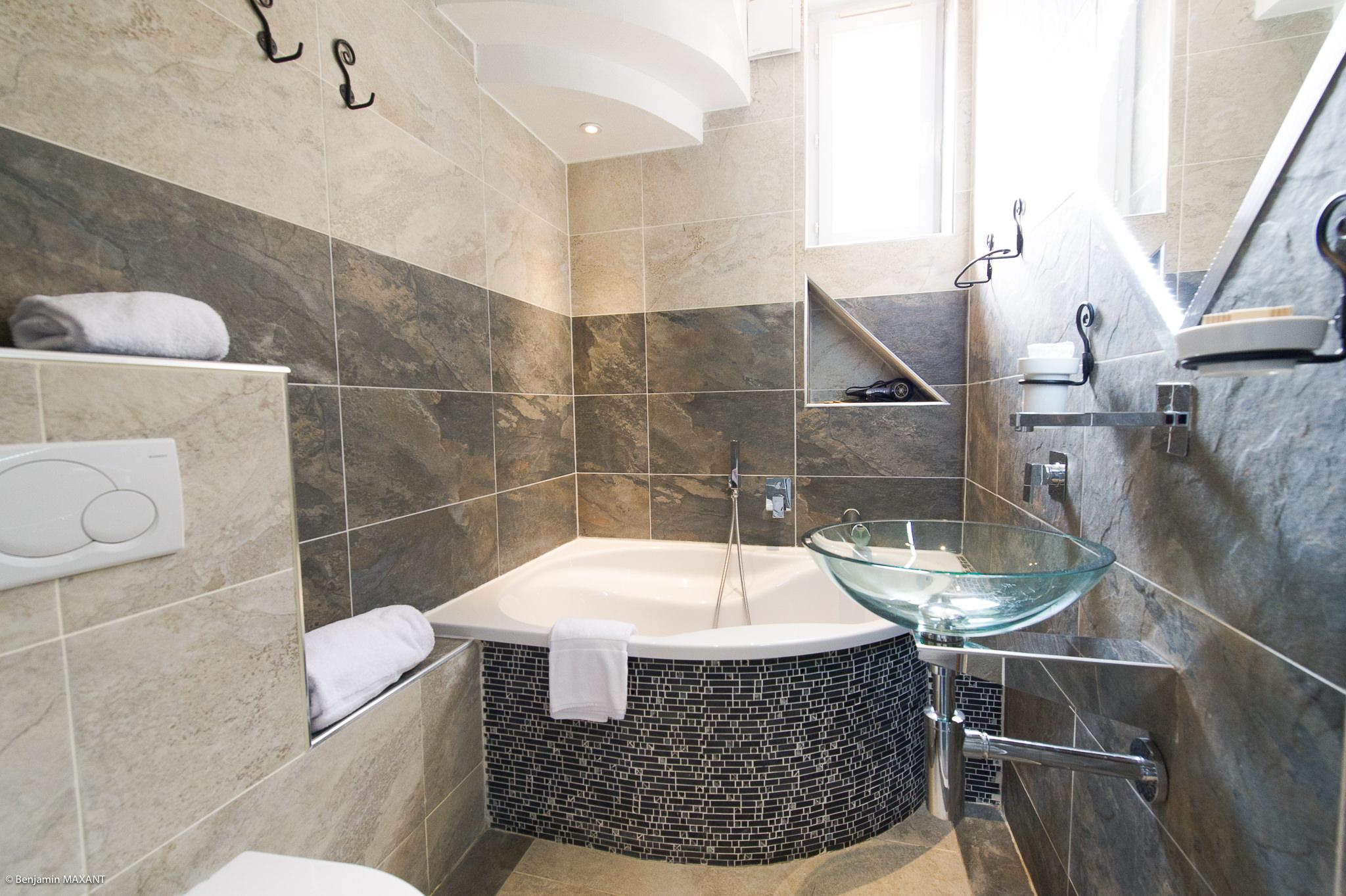 Reportage photo immobilier - Hôtel Idéal - salle de bain de la chambre féérique dragon