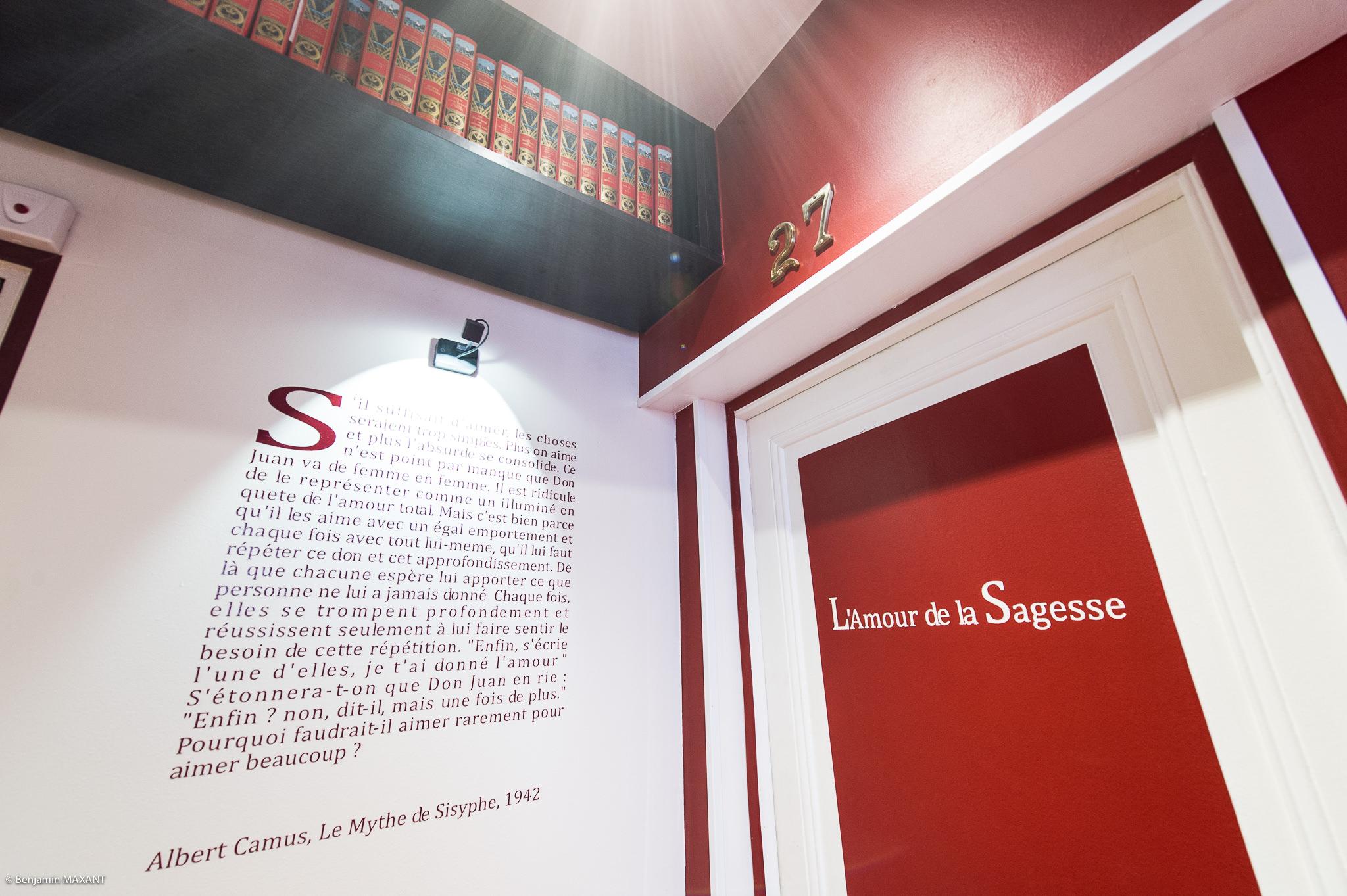 Reportage photo immobilier - Hôtel Idéal - couloirs et passages de romans inscrit sur les murs