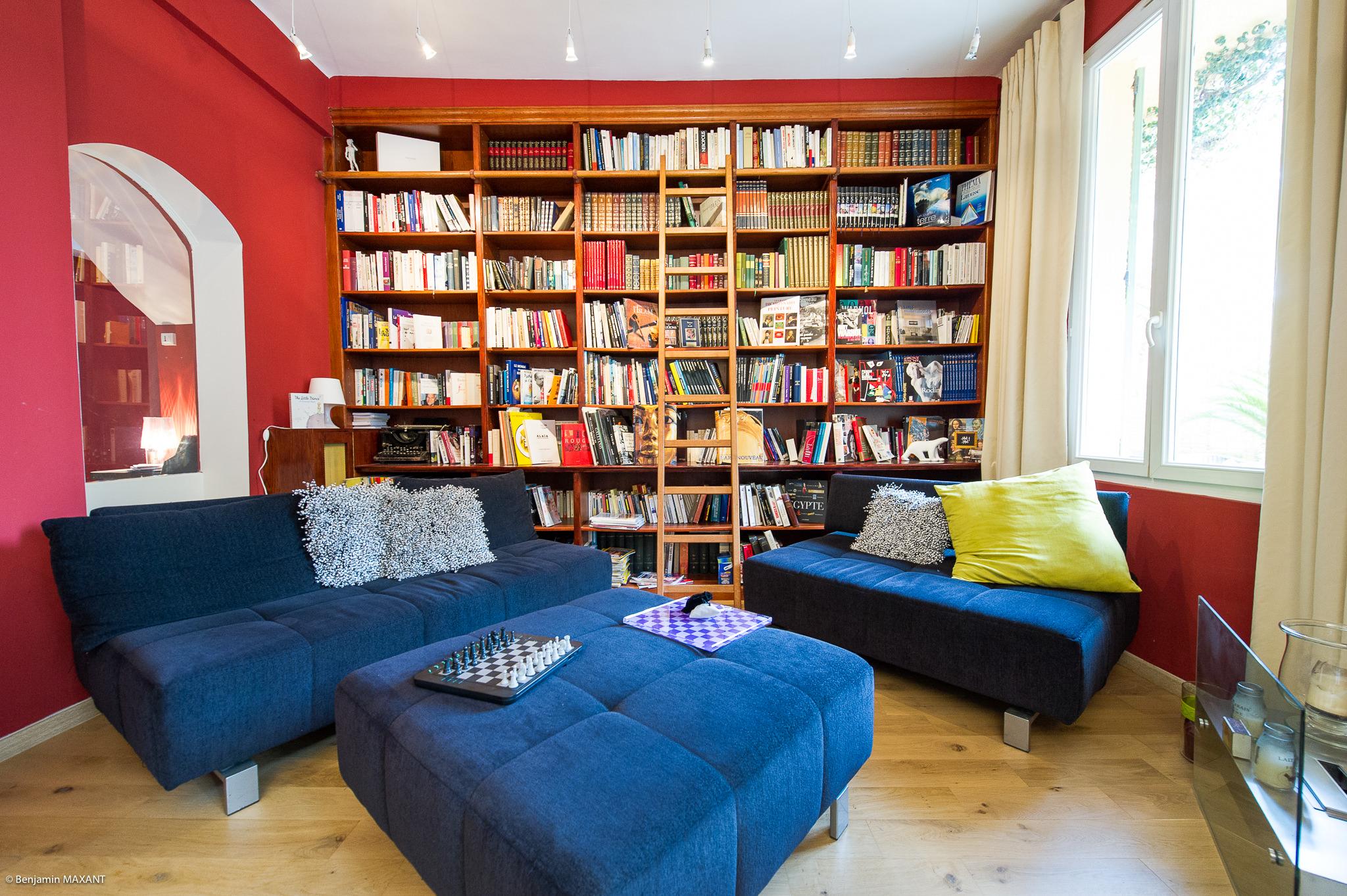 Reportage photo immobilier - Hôtel Idéal - le salon bibliothèque