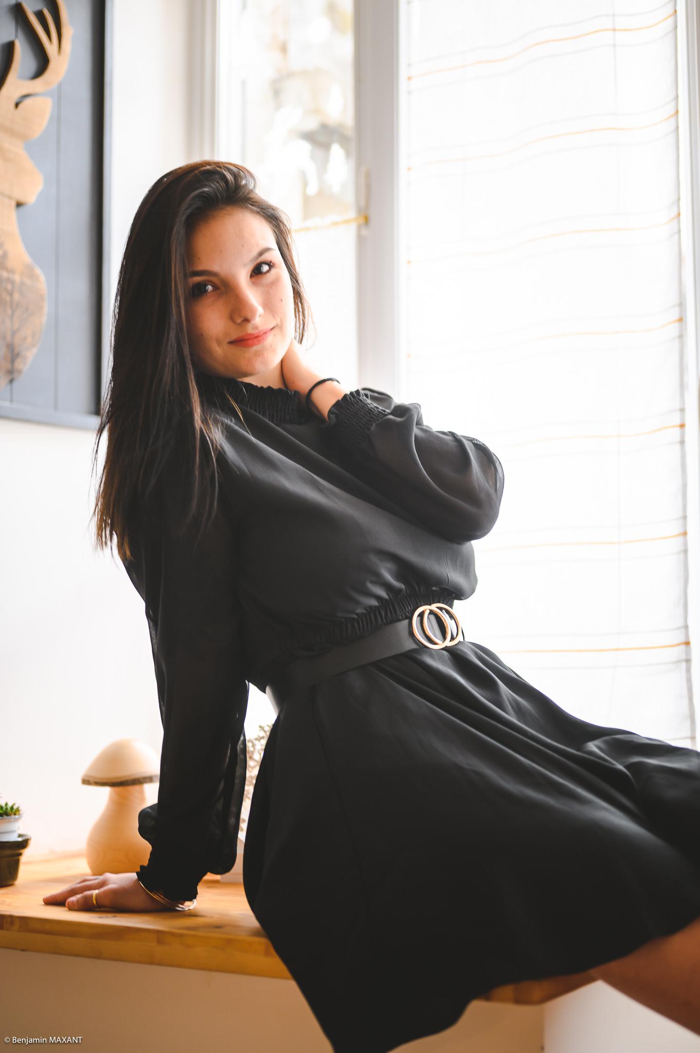 Séance photo boudoir robe noire assise