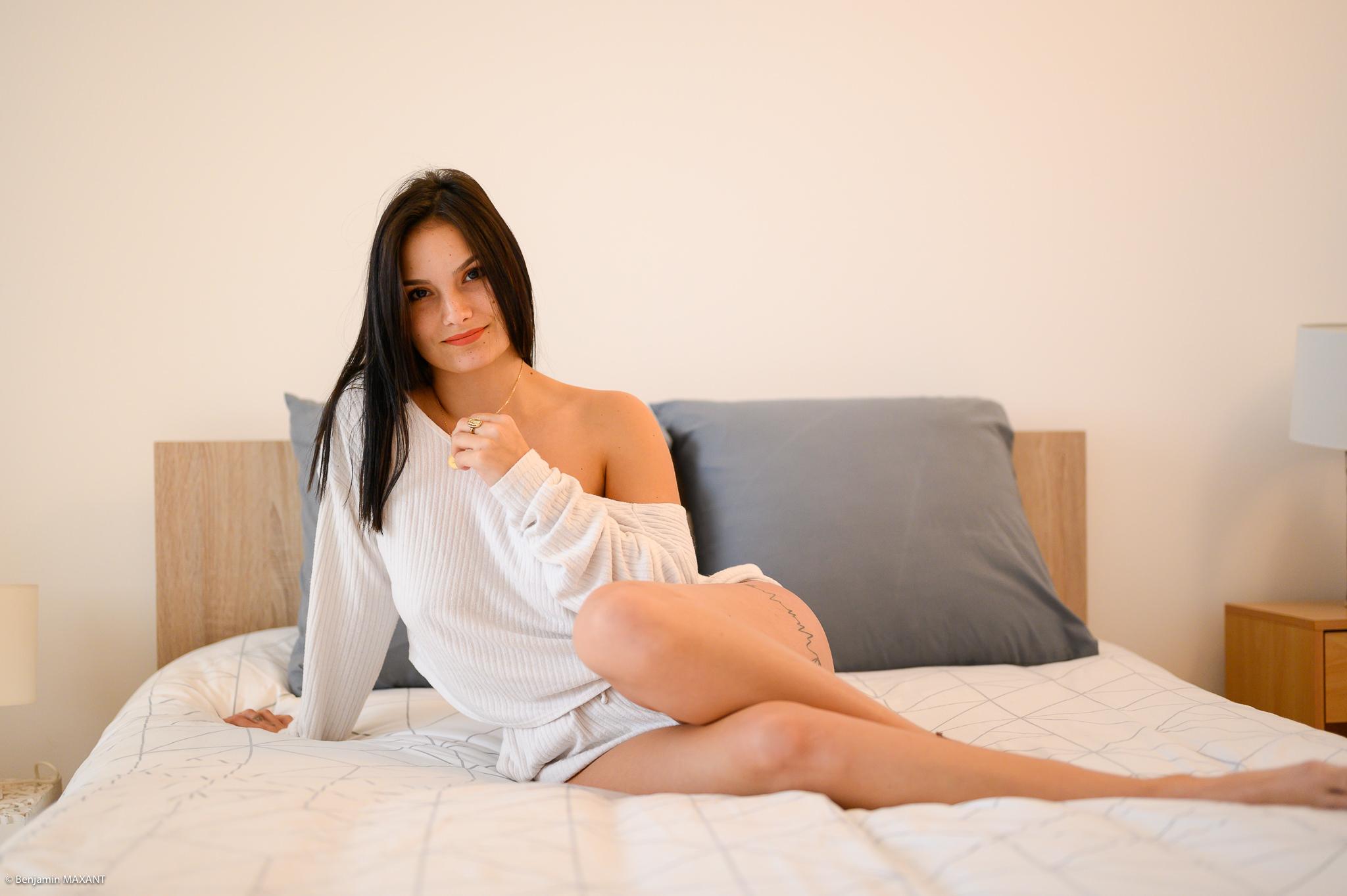 Séance photo boudoir ensemble blanc souple ouvert modèle alongée sur le lit