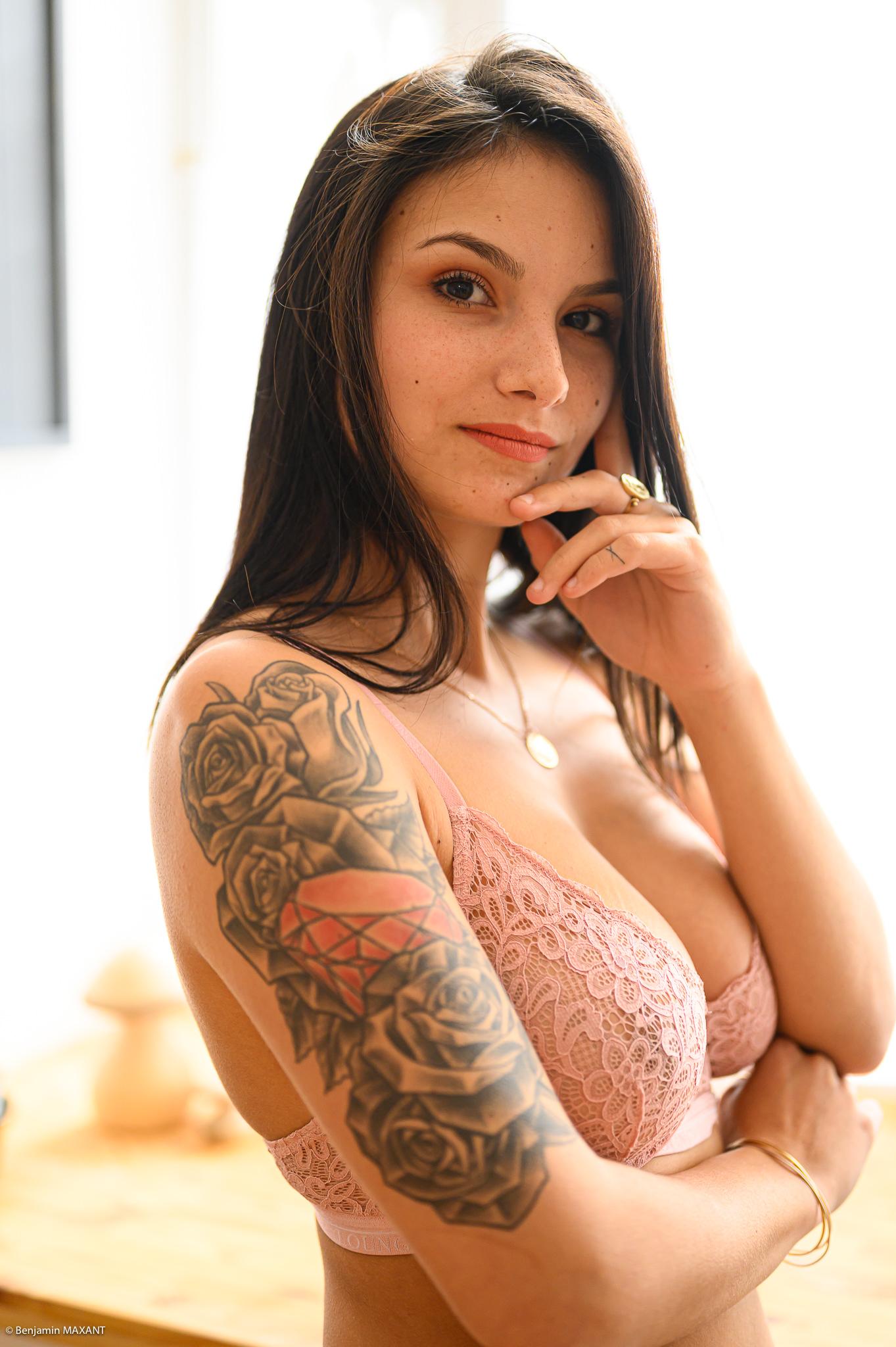 Séance photo boudoir ensemble lingerie rose