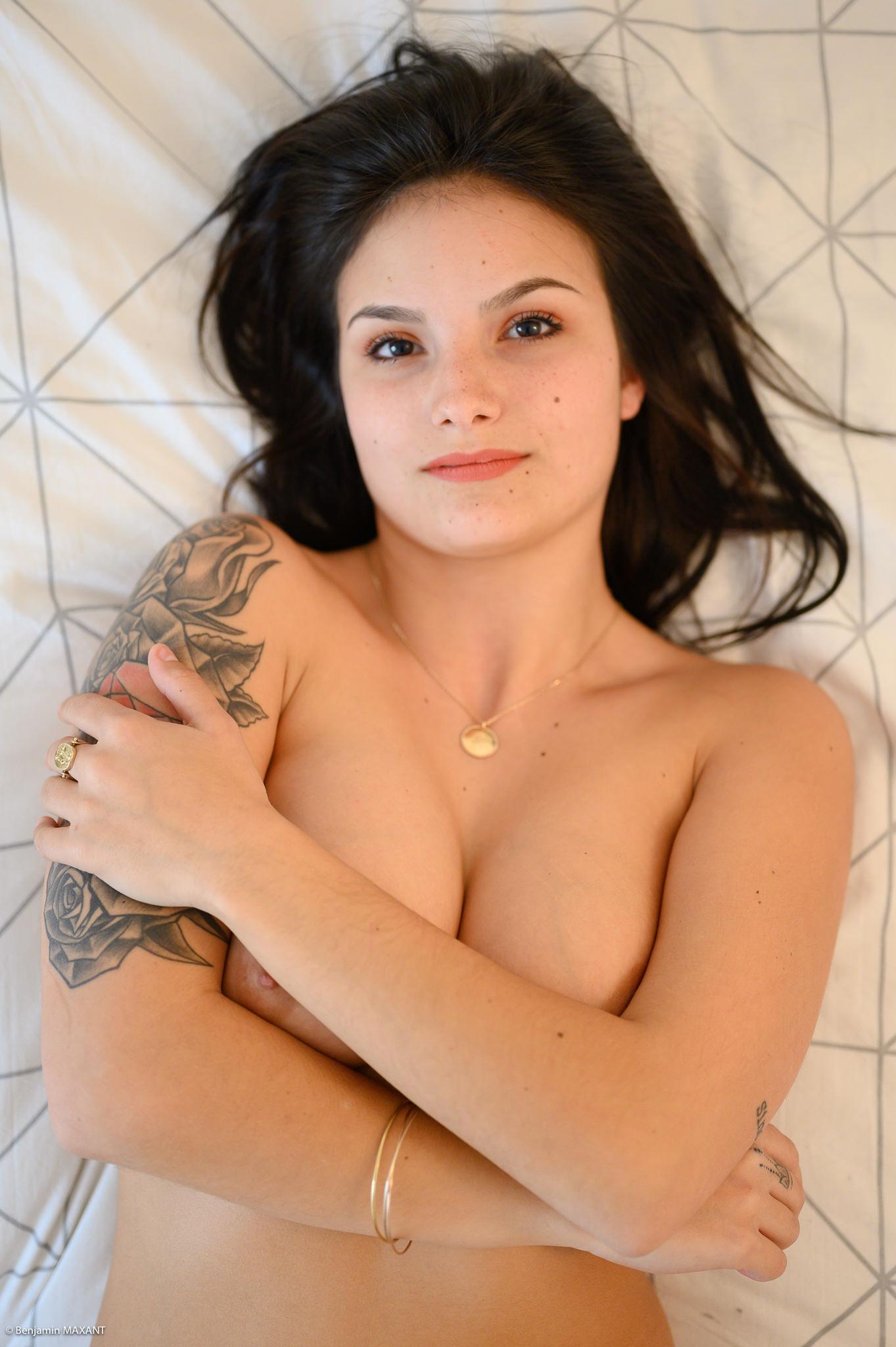Séance photo boudoir topless sur le lit