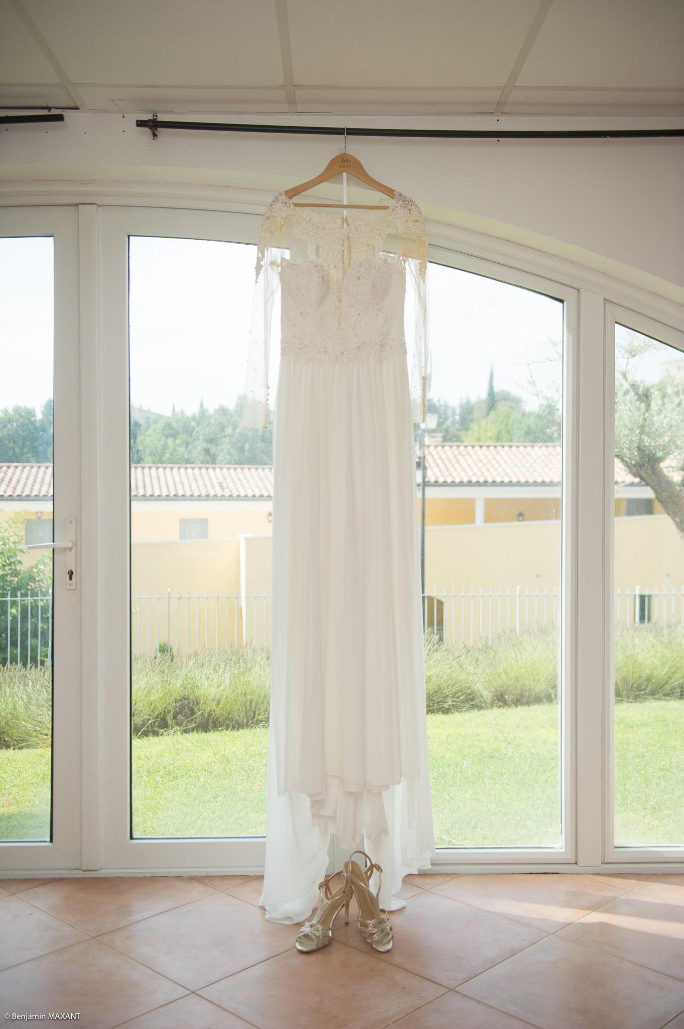 La robe de mariée de Julie suspendue