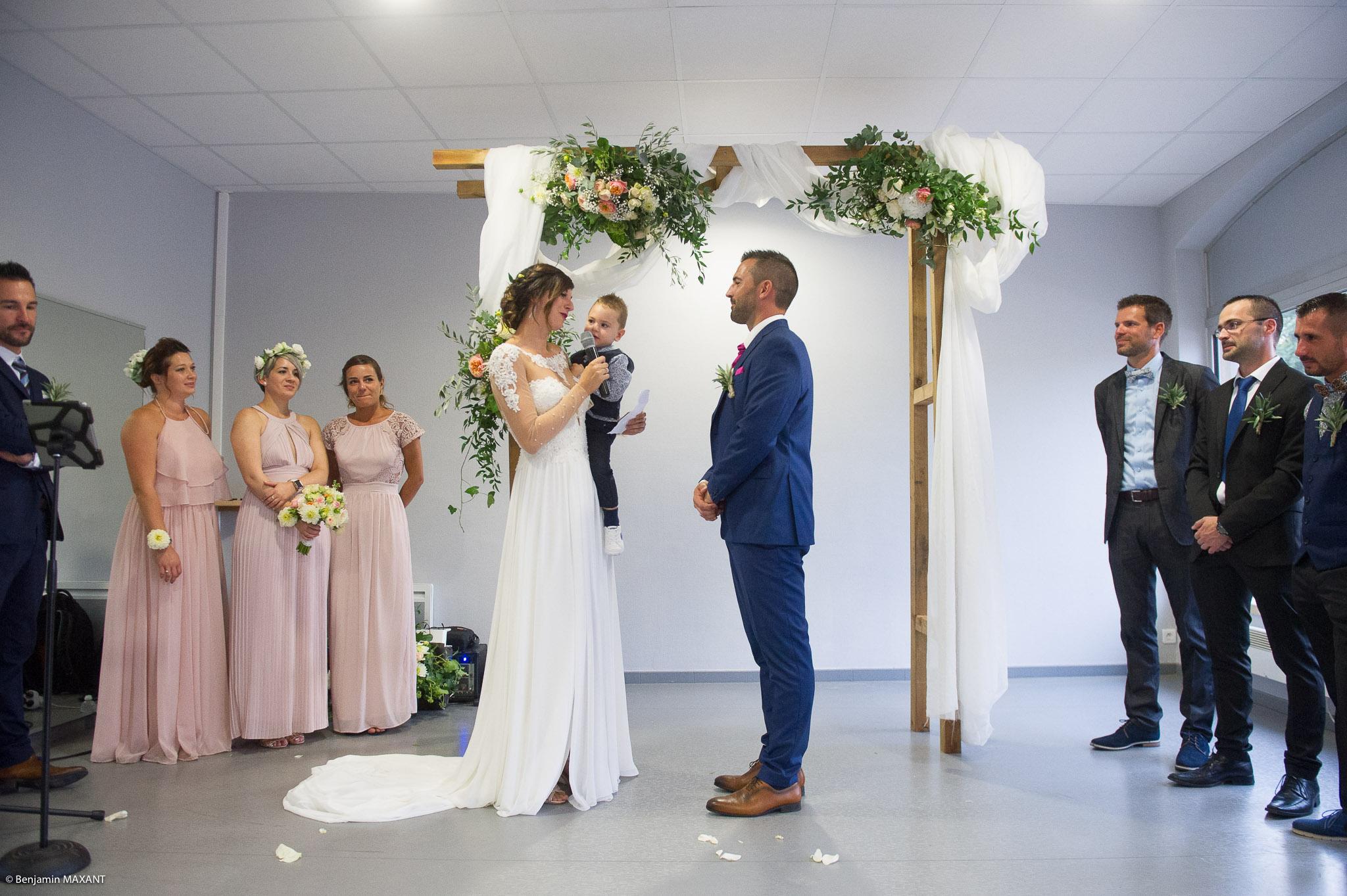 Julie et Thibault prononcent leur voeux lors de la cérémonie laïque