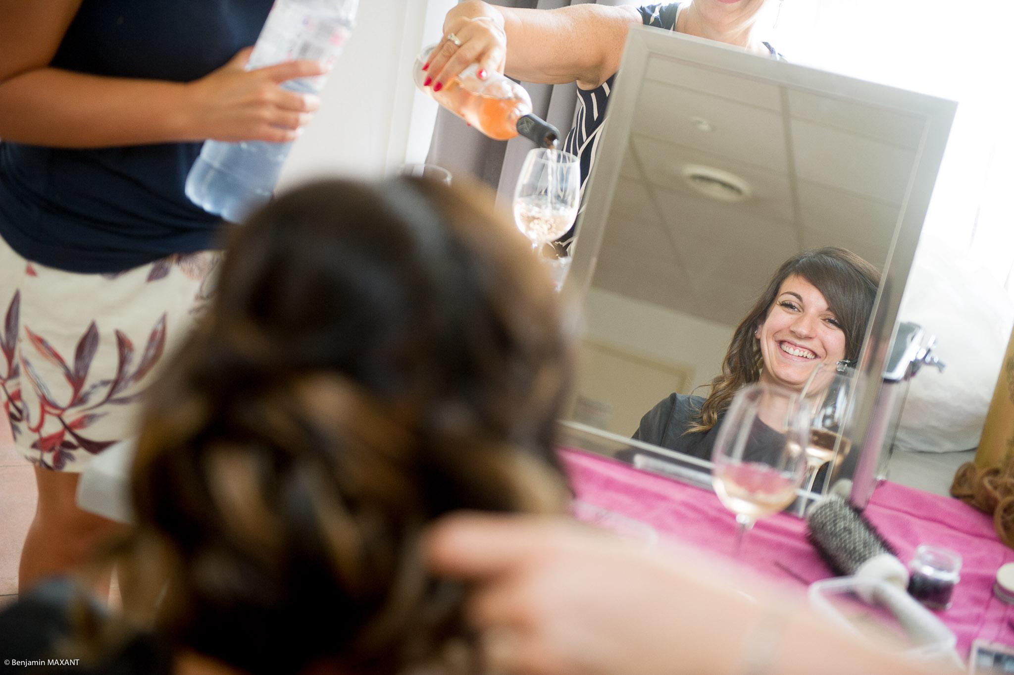 Préparation de Julie la mariée : le sourire de julie pendant la coiffure